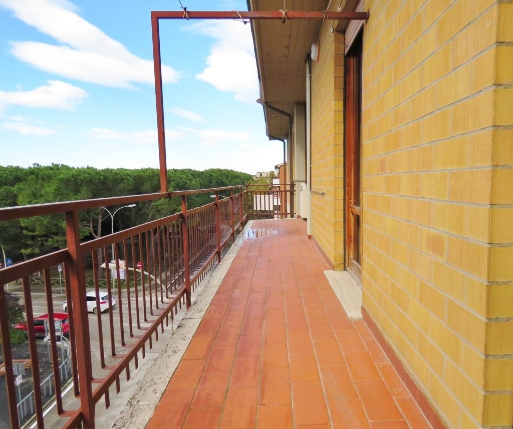 Abitazione piano alto in camucia in vendita con tre for Camere da letto b b italia